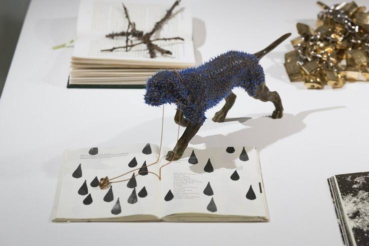 Myriam Mechita,  Avancer dans les vents contraires, 2013—Livre et sérigraphie, acier et silicone
