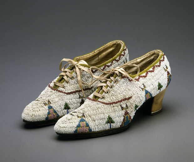 Musee quai branly indiens des plaines souliers femmes dakota lakota medium