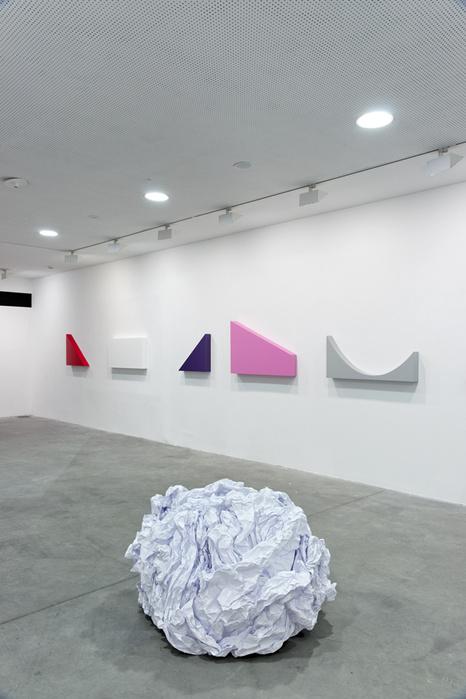 Vue de l'exposition «Un bruit blanc», FRAC des Pays de la Loire, Carquefou, 2012