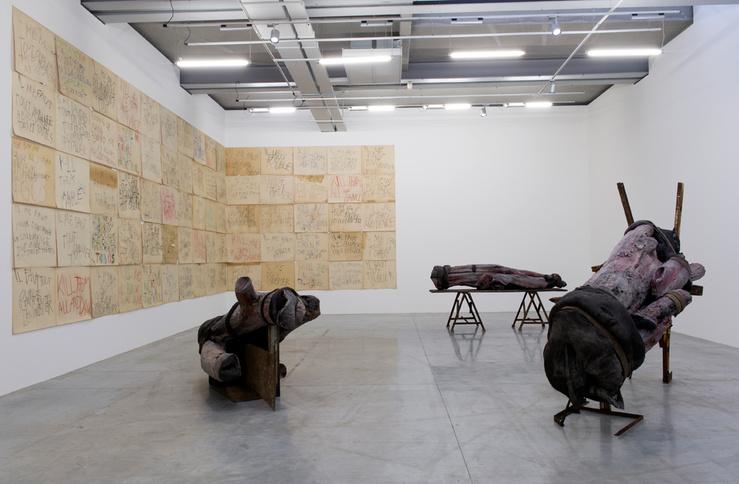 Vue de l'exposition Berlinde De Bruyckere & Philippe Vandenberg, «Il me faut tout oublier» à la maison rouge