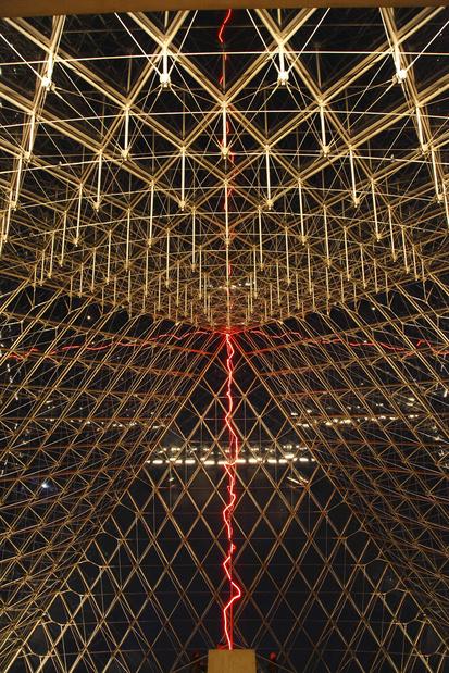 Claude leveque musee du louvre sous le plus grand chapiteau du monde medium