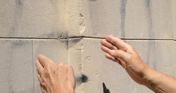 Dector & Dupuy, Le mot «FEU» trouvé sur la façade de N-D des Coptes, rue de l'Est, 2014