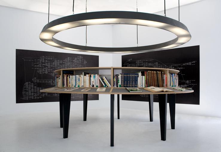 Julien Prévieux, La totalité des propositions vraies (avant), 2008—Livres, chêne, contreplaqué, métal—Diamètre : 380 cm, hauteur : 155 cm