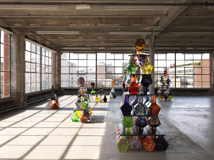 Vue de l'exposition Delphine Coindet, Modes et Usages de l'art, Centre d'art contemporain d'Ivry — le Crédac, 2015. Prismes, 2014 : verre