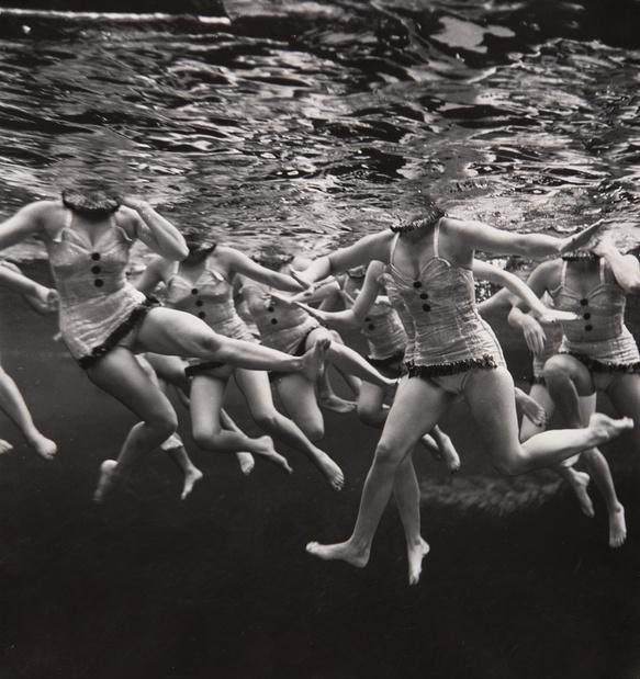 Ballet aquatique 1953 philippe halsman exposition jeu de paume slash paris medium