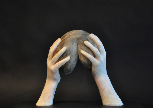 Lucy glendinning prayer for life 2 45 x 37 x 20 cm cire jesmonite pigments plumes et bois 2015 medium