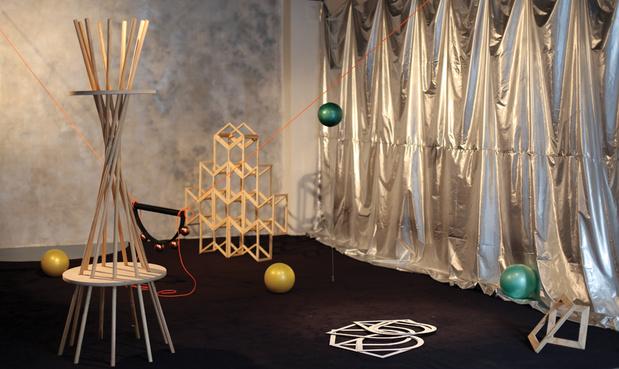 Jeune creation marie johanna cornut la mecanique celeste 2.0 2014. installation sculpture   tissu bois peintures aerosols plastique moquette pvc dibond   540 x 400 x 240 cm medium