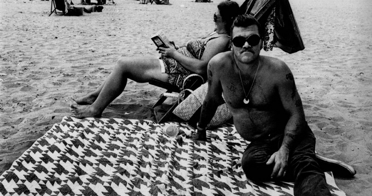 Arlene Gottfried, Houndstooth Blanket on Coney Island Beach, New-York, 1976