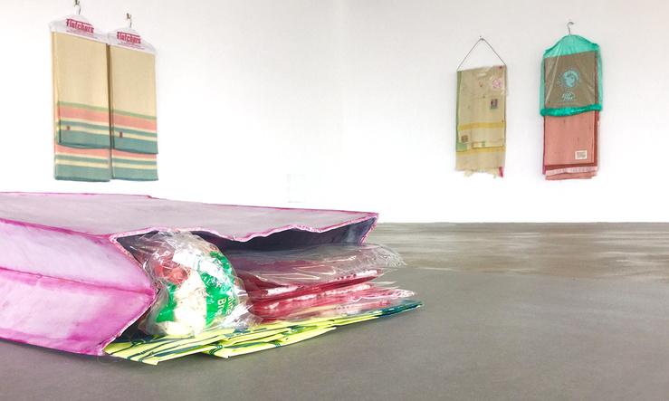 Liz Magor, vue de l'exposition «The Blue Ont Comes in Black», Centre d'art contemporain d'Ivry—Le Crédac
