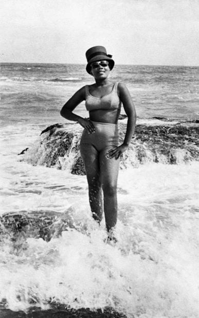Akaa foire d art contemporain et de design centre sur l afrique daniel morolong beach portrait  1  circa 1950 1970  photographic print  38 x 26cm. image courtesy of morolong estate and everard read gallery medium