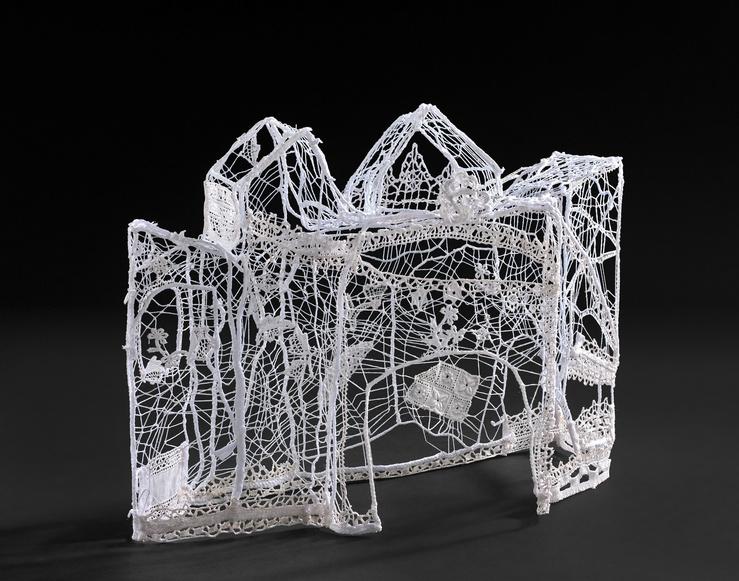 Marie-Rose Lortet, Le jardin dans la maison, 2016 — fils de coton et dentelle — 26 x 33 x 14 cm