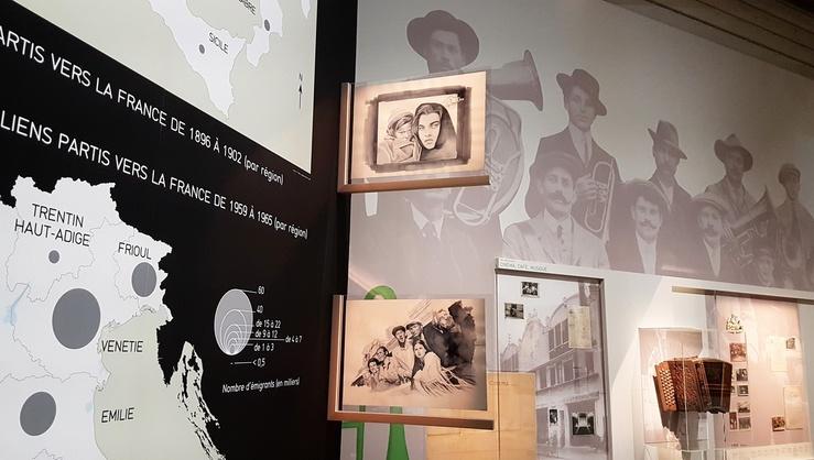 Vue de l'exposition Ciao Italia au Musée national de l'histoire de l'immigration, 2017—Au centre, deux œuvres de Giulia Andreani