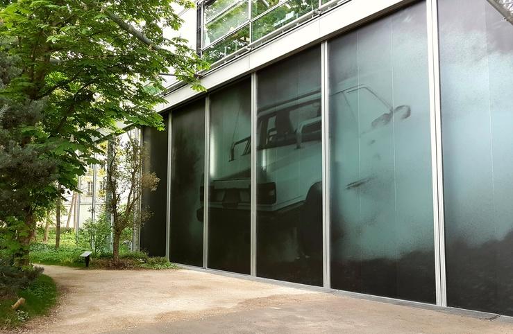 Autophoto à la Fondation Cartier, vue de la façade de la fondation