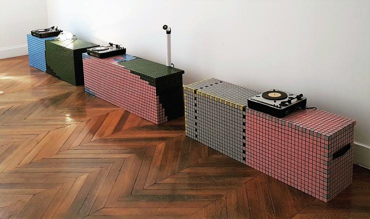 Modules de Laëtitia Badaut-Haussmann et Hedwig Houben, Soundtrack for a Sculpture, Vue de l'exposition Tes Mains dans mes chaussures 3/3 à La Galerie, Centre d'art contemporain de Noisy-le-Sec