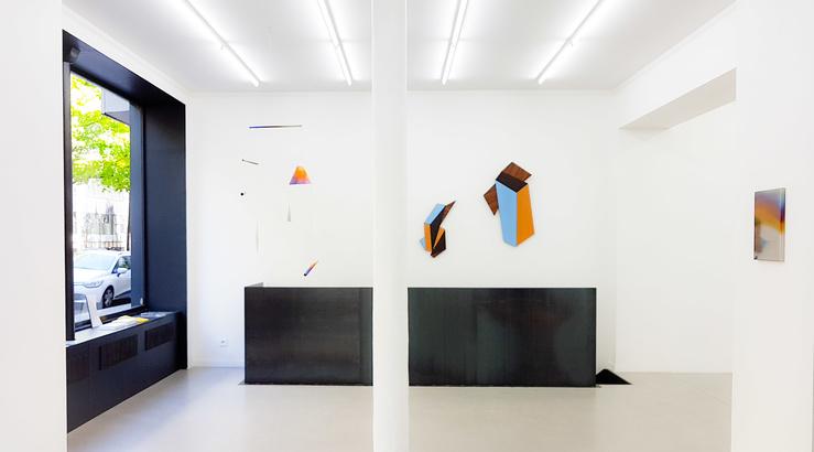 Vue de l'exposition Session#5 à la galerie Paris-Beijing, Paris—Au premier plan : Nils Guadagnin, au second plan : Cécile Chaput