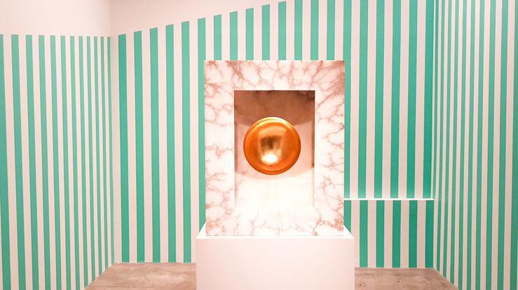Vue de l'exposition Continua Sphères Ensemble au Cent-Quatre Paris