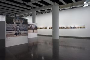 © LE BAL / Matthieu SamadetVue de l'exposition «En Suspens»