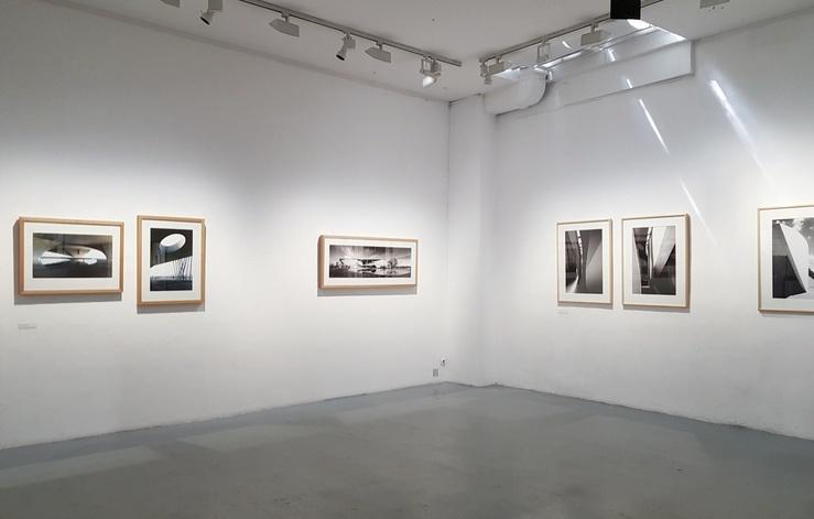 Vue de l'exposition Gitty Darugar, Photographe—Formes et Lumière à la Galerie d'Architecture, Paris, 2018