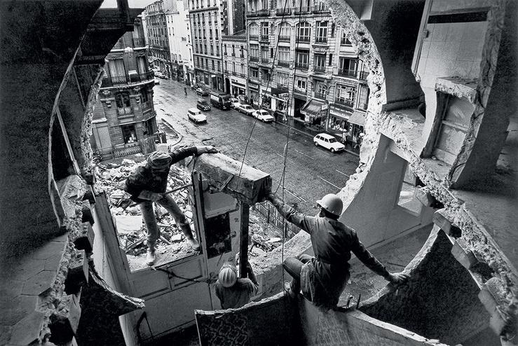 Gordon Matta-Clark et Gerry Hovagimyan travaillant à Conical Intersect Rue Beaubourg, 1975 Harry Gruyaert