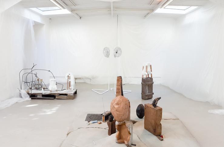 Tatiana Trouvé, Vue de l'exposition A Quiet Life à la galerie Kamel Mennour, Paris, 2018