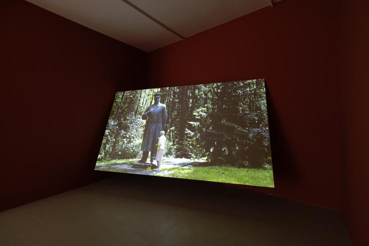 Vue de l'exposition Moving Stones avec Martha Araujo, Milena Bonilla, Angelica Mesiti, Shitamichi Motoyuki et Emilia Skarnulyte. KADIST, Paris, 2018