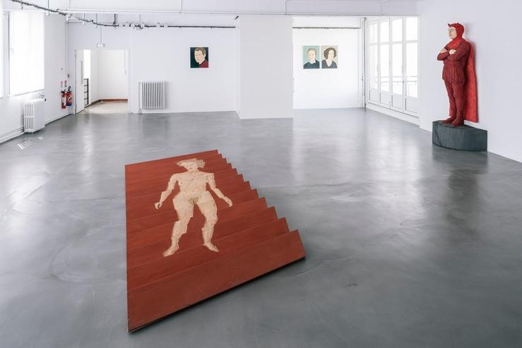 Vue de l'exposition Stephan Balkenhol — 1er plan : Relief au sol homme-femme, 2009, 2nd plan : Diable Rouge, 2015