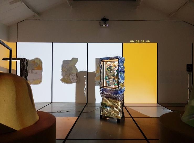 Neïl Beloufa, vue de l'exposition La morale de l'histoire, galerie kamel mennour, Paris, 2019