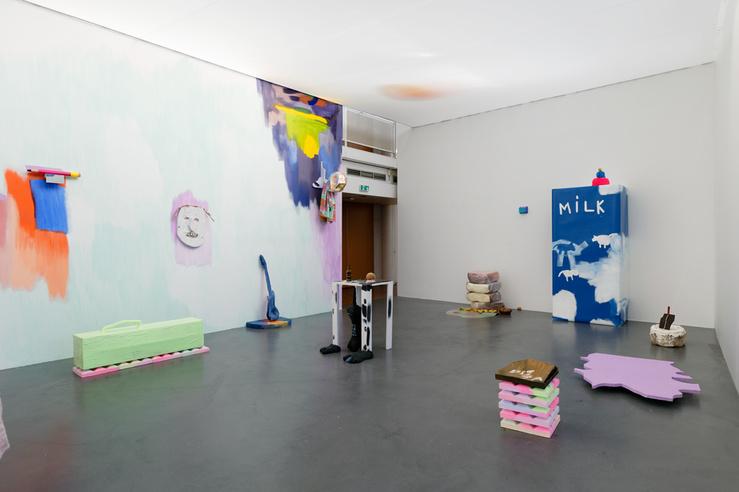 Vue de l'exposition «Slash Universe», Dana Michel et Yoan Sorin, scénographie: Romain Guillet, une proposition de Marie Bechetoille, CAC Brétigny, 2019