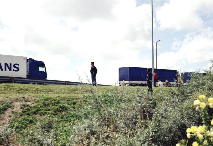 Bruno Serralongue, Passer en Angleterre, Accès terminal transmanche, Calais, juillet 2007 2006-2018—Epreuve à jet d'encre 126 x 157 cm