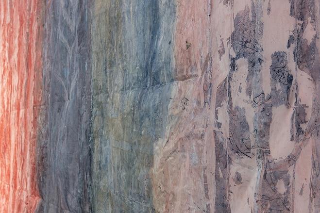 Détail de l'œuvre «The line of little figures. Ursula», 2020, colle, pigments et crayon sur polyester, 422 x 340 cm  Exposition personnelle de Katrin Koskaru «The line of little figures» © Marc Domage/L'ahah Détail de l'œuvre «The line of little figures. Ursula», 2020, colle, pigments et crayon sur polyester, 422 x 340 cm