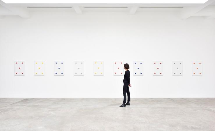 Vue d'exposition, Niele Toroni, Un tout de différences, Empreintes de pinceau n°50 répétées à intervalles réguliers de 30 cm, Galerie Marian Goodman, Paris, 2020,