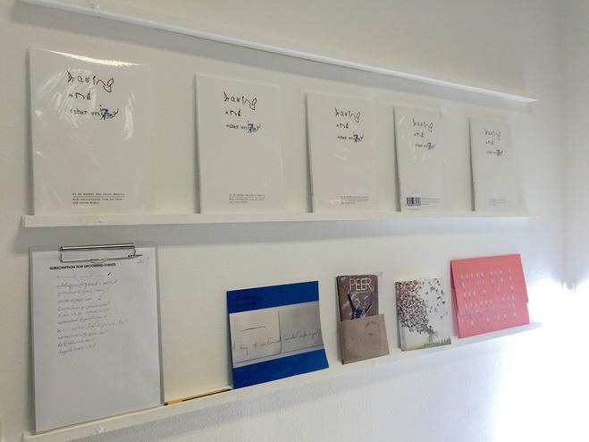 Par le travail de SE Barnet et de Sally Morfill, la publication Drawing and Other Writing de Everyday Press offre un regard sur la façon dont le sens se forme et s'interprète lorsque l'on laisse une trace. Les pratiques de ces deux artistes comprennent un éventail d'influences et de sources, des archives de Mass Observation à l'alphabet de lignes d'Henri Michaux. De plus, les artistes Ana Čavić et Louisa Minkin ont contribué au livre
