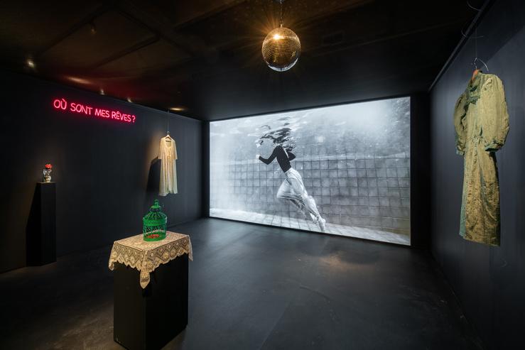 Vue de l'exposition Ailleurs… Ou plus loin au FRAC Centre—Val de Loire, 2020