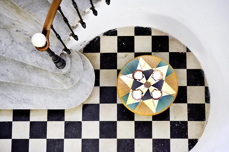 Sandra Lorenzi, Disque talismanique #1, 2019—Bois d'acacia, cristal de roche, coquilles Saint-Jacques, feuilles d'or, colle naturelle, crayon—60 x 60 x 60 cm