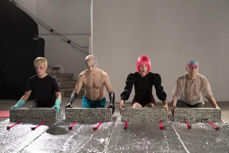 Violaine Lochu, Modular K, 2020 Vidéo-performance — 18'—Vidéo performance de Violaine Lochu, avec Anna Chirescu, Aurore Leduc et Jean Fürst (performers), Céline Régnard (maquillage)
