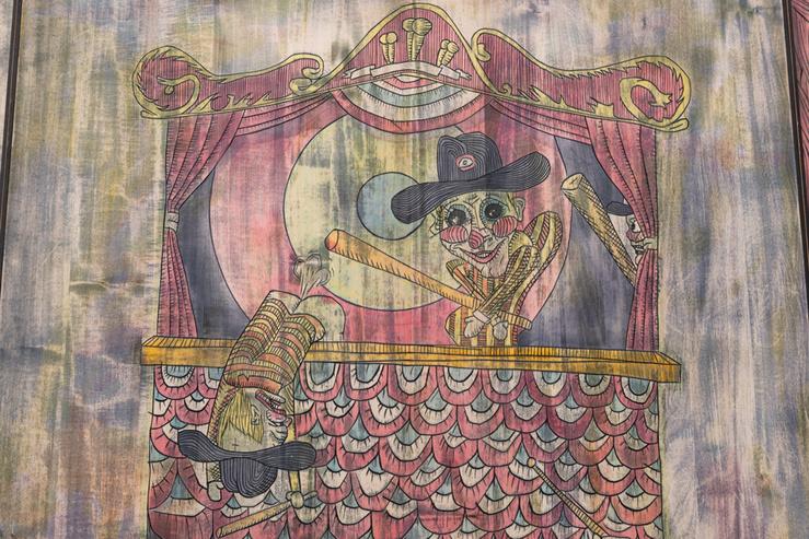 Mathis Collins, Artiste policier et le Guignol's Band (détail), 2020—Tilleul et teinte à bois, 200 × 120 × 3 cm