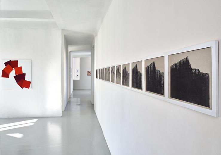 Vera Molnar, Sainte-Victoire en rouge, 2019—Acrylique sur toile 100 x 100 cm  & Variations Sainte-Victoire, 1989/1996—33 x 46 cm chaque