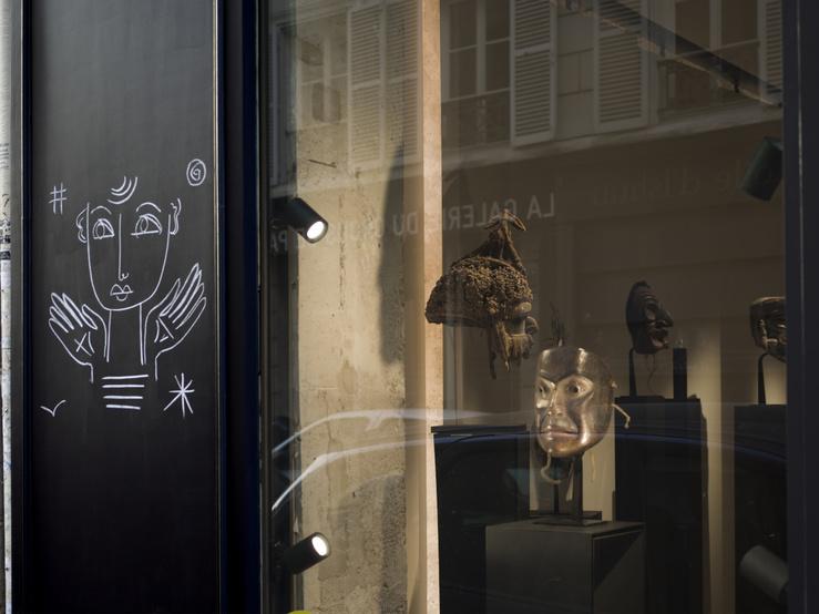 A visage découvert ! Exposition dans les vitrines des galeries de la rue des Beaux-Arts, Paris