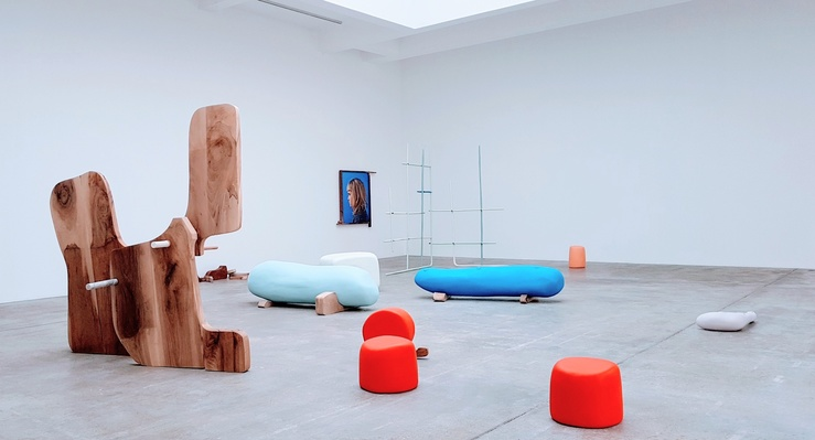Vue de l'exposition Nairy Baghramian, Misfits à la galerie Marian Goodman, Paris, 2021